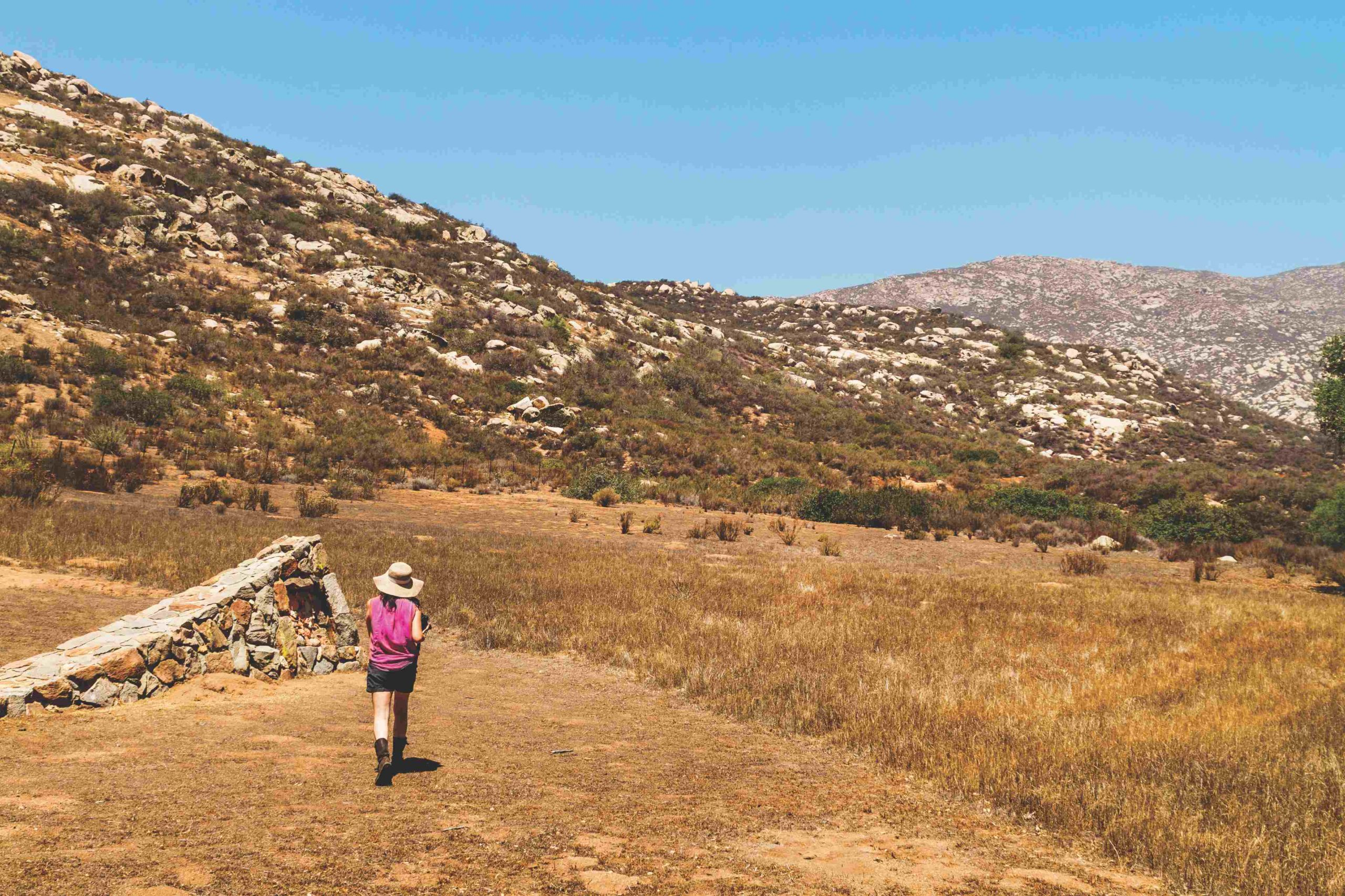 Mujer recorre Cerro Chuchumá en Tecate, Baja California.
