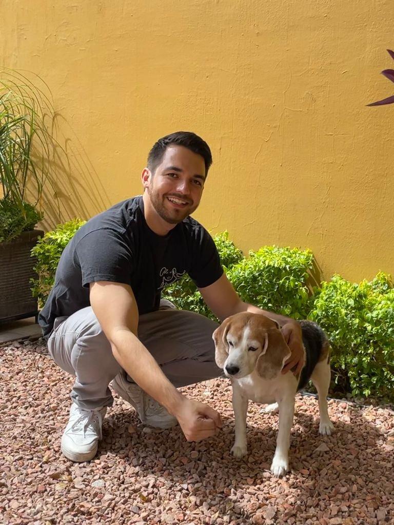 Juan Pablo Coppel con su perrita beagle Daisy.