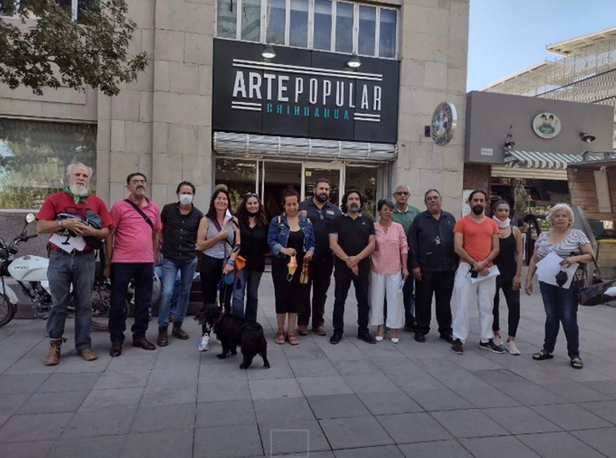 Lideres culturales de Chihuahua en manifestación.