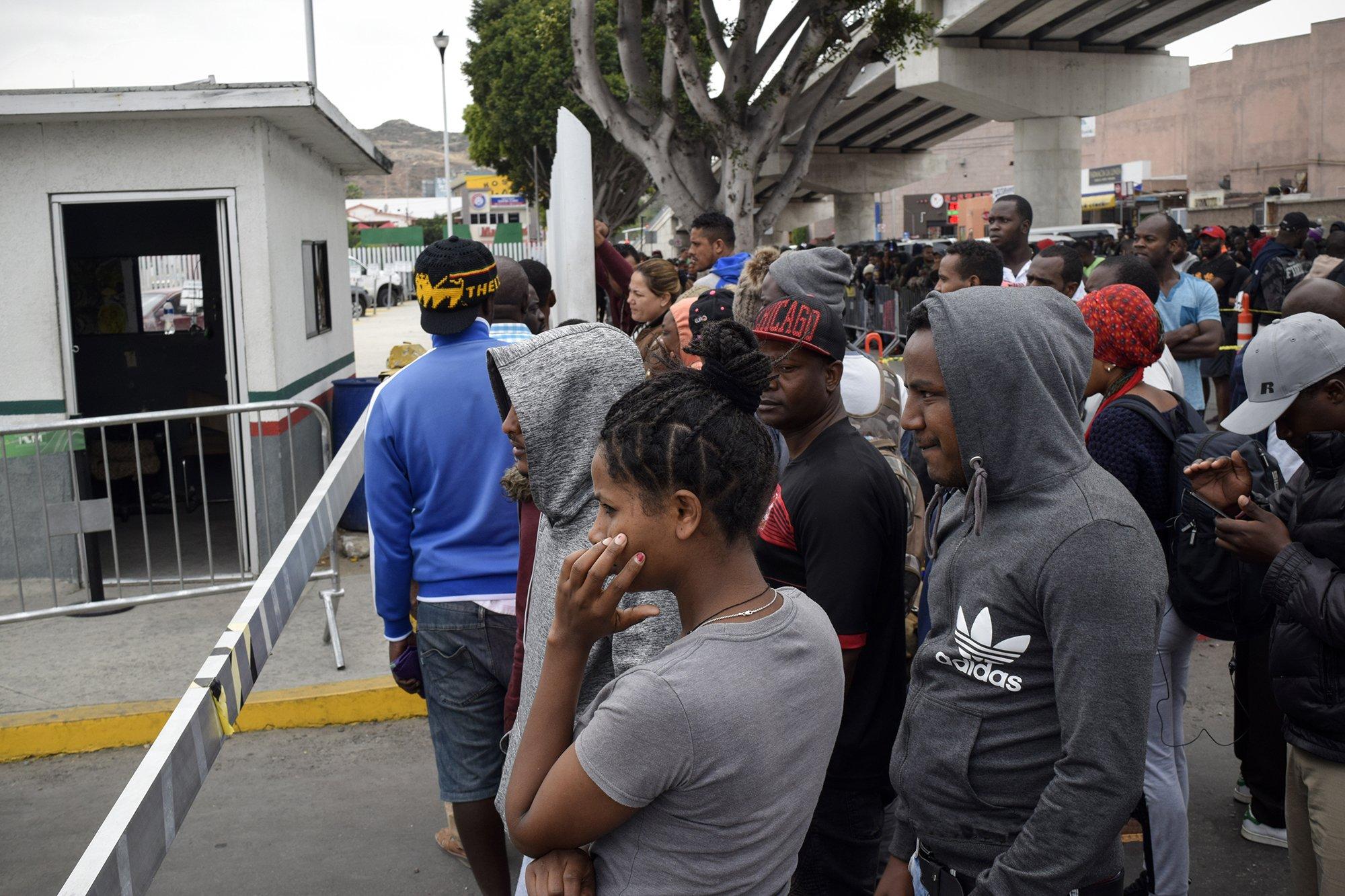 Cientos de migrantes provenientes de África, Centroamérica y México esperan su turno para pedir asilo a Estados Unidos en la Garita el Chaparral, en Tijuana.