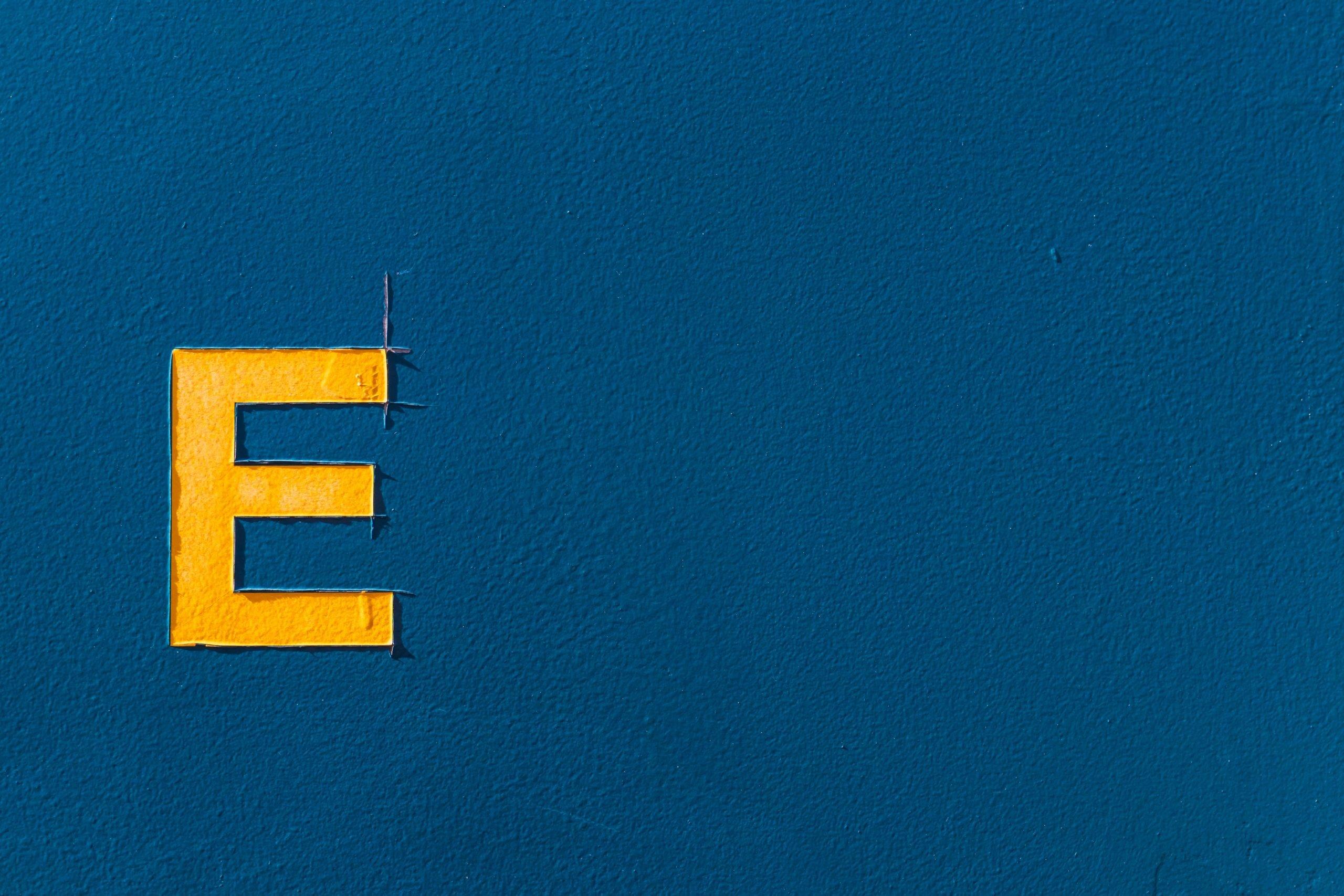 Letra E en pared.