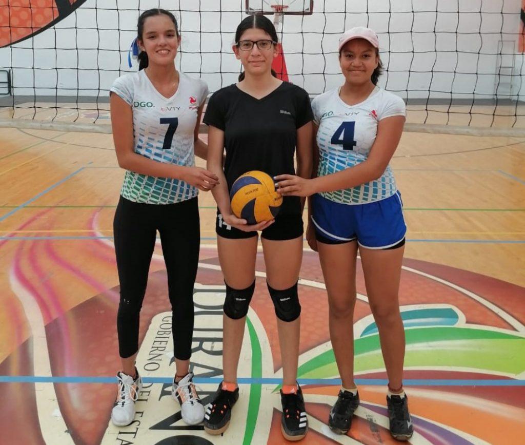 Ashly Contreras Álvarez con sus compañeras