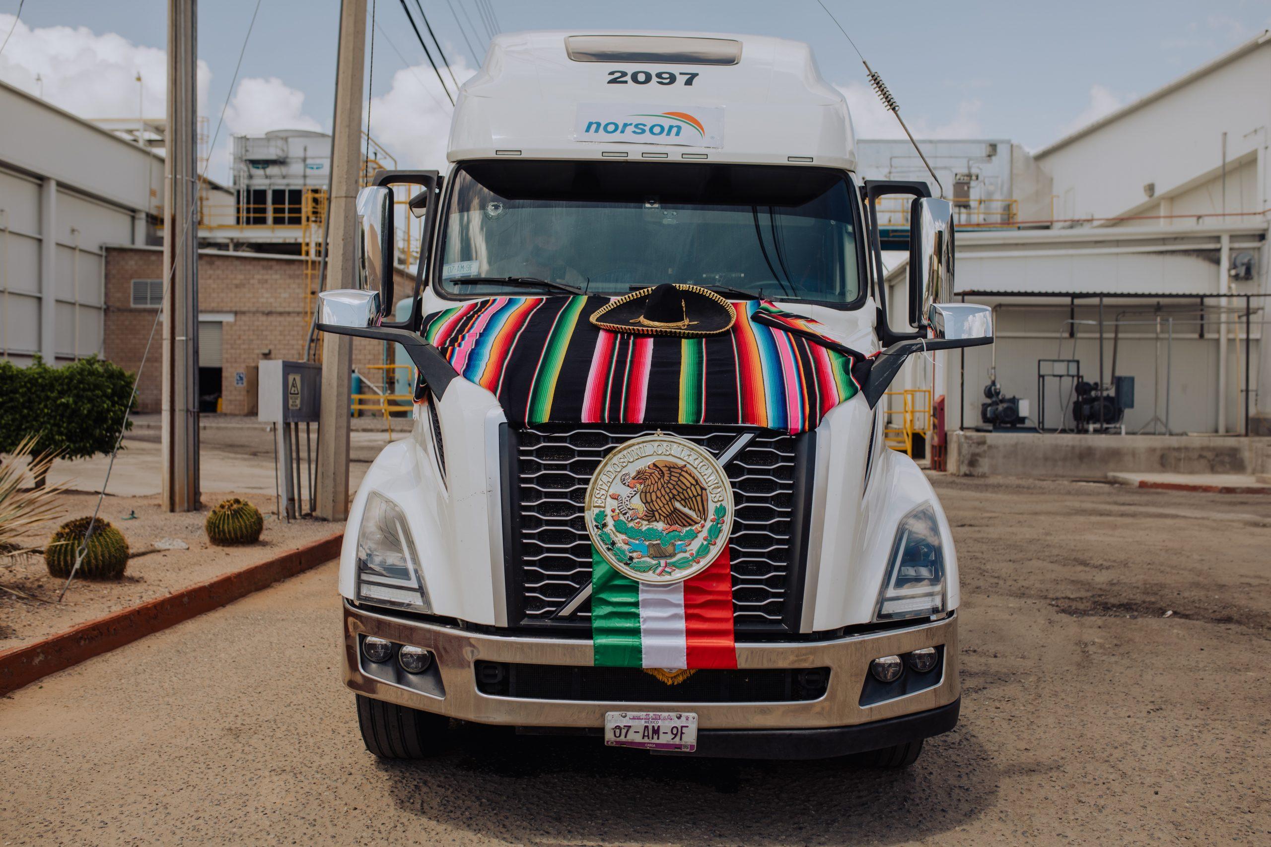 Camión de Norson con vestimenta mexicana.