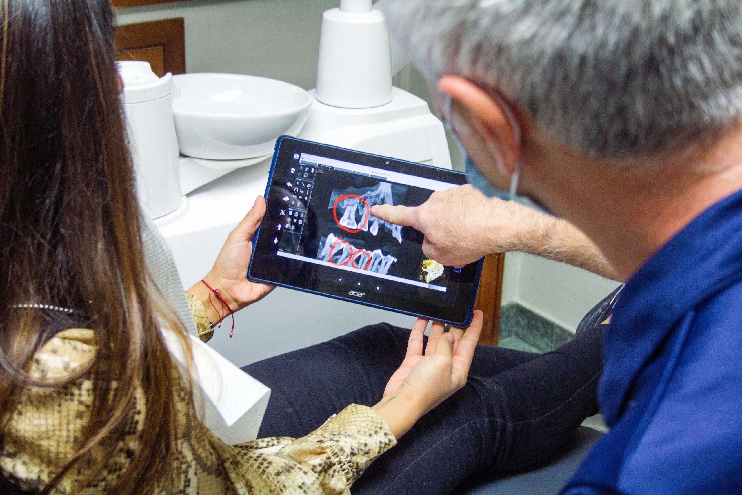 Paciente recibiendo radiografías de médico dentistas.
