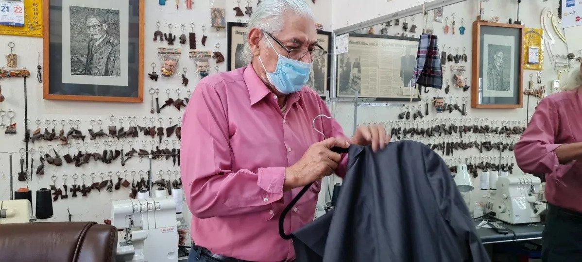 a Don José Ramón Medina Thomé en su taller.