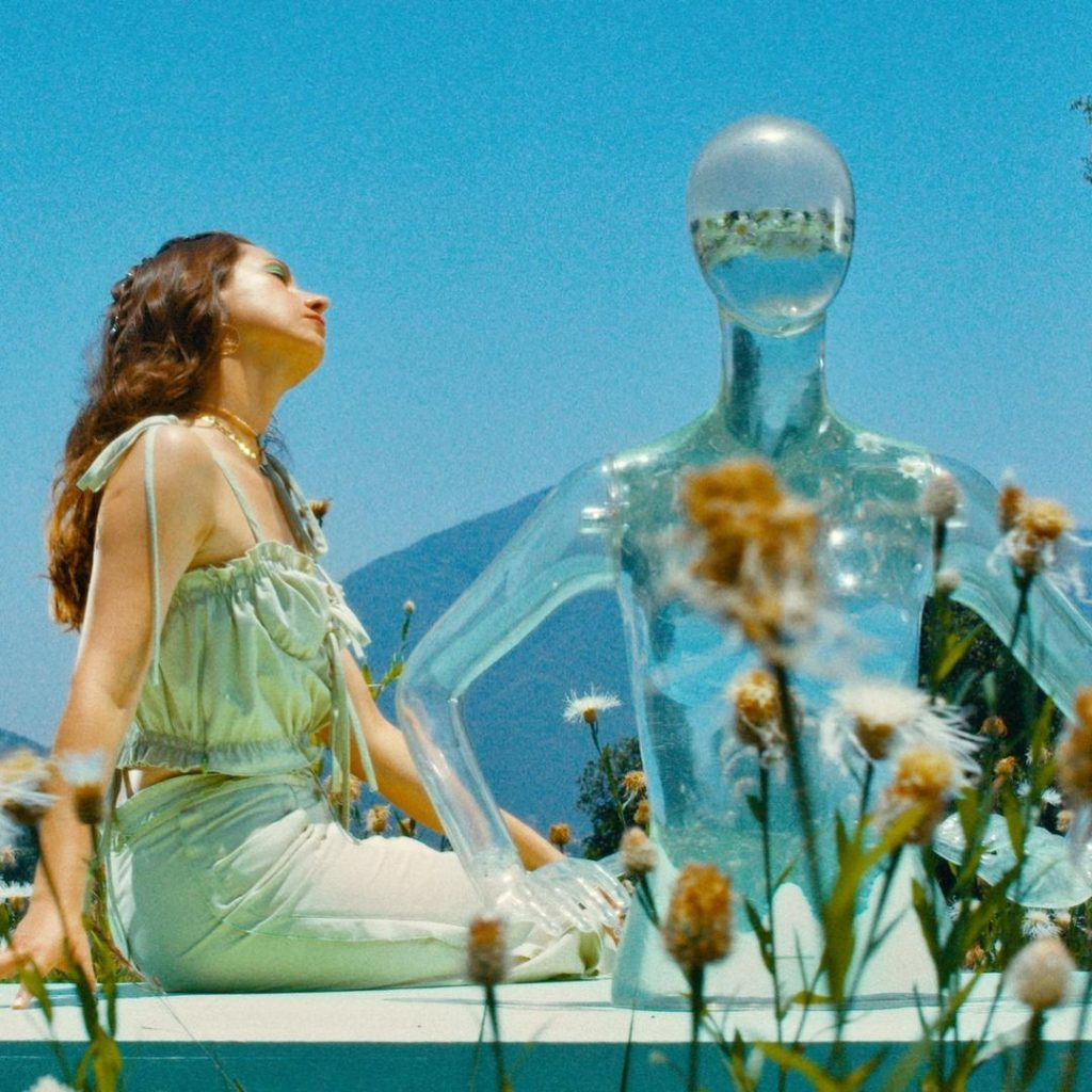 Karla con maniquí transparente