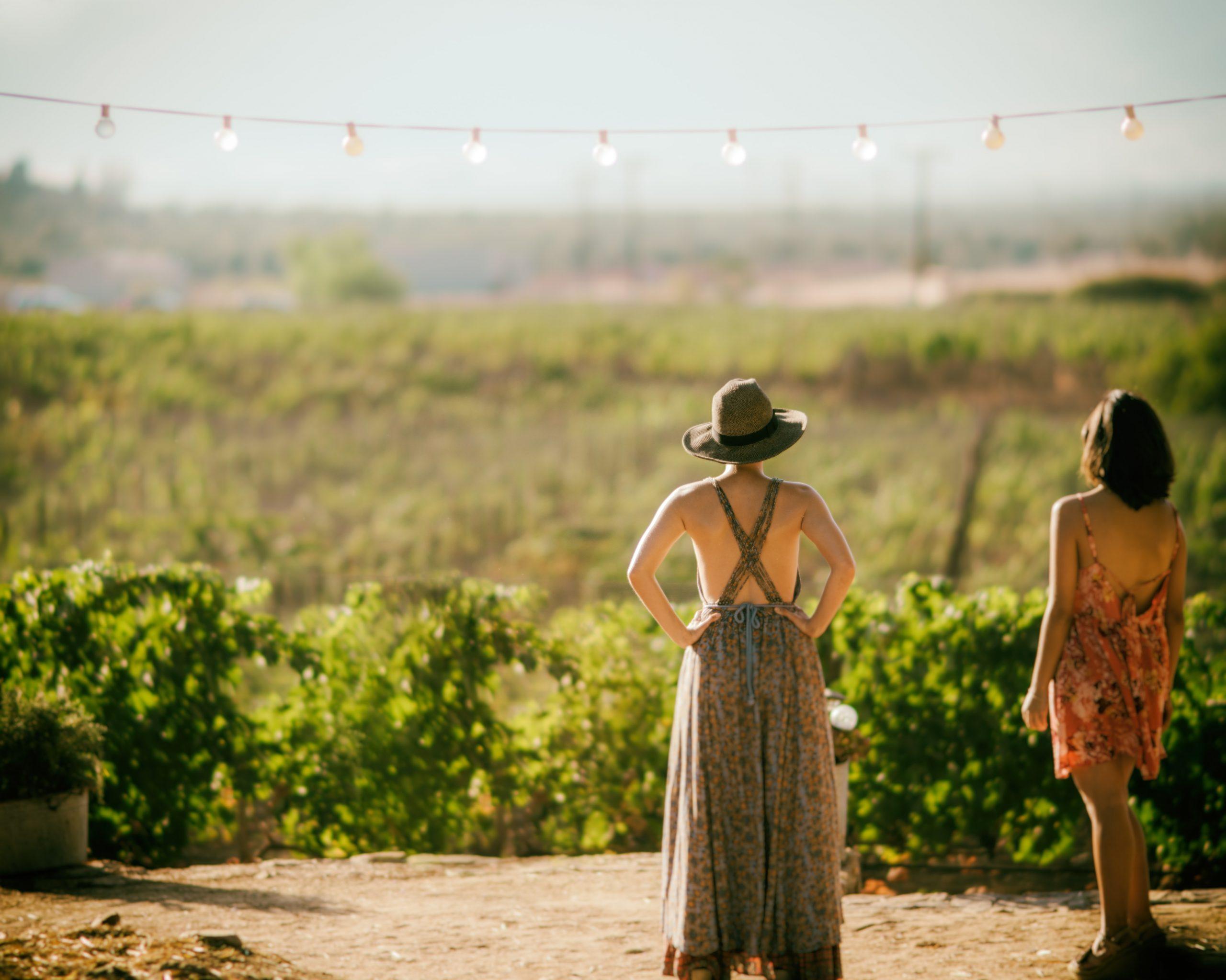 Dos mujeres viendo plantación en Vinícola, El Mogor.